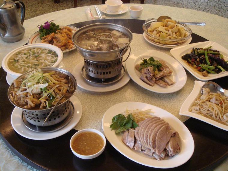 大楊梅鵝莊隨時上桌的菜色,除了招牌鵝肉、客薑絲大腸及老板邱昌琳首創的燜筍,還有許...