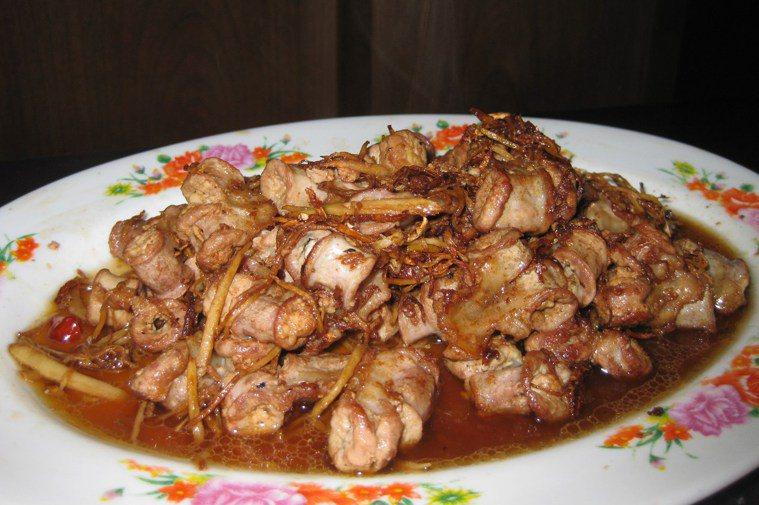 薑絲炒粉腸是楊梅鎮富岡的信義飲食店的招牌菜之一,不少旅居國外華僑每次返台專程來吃...