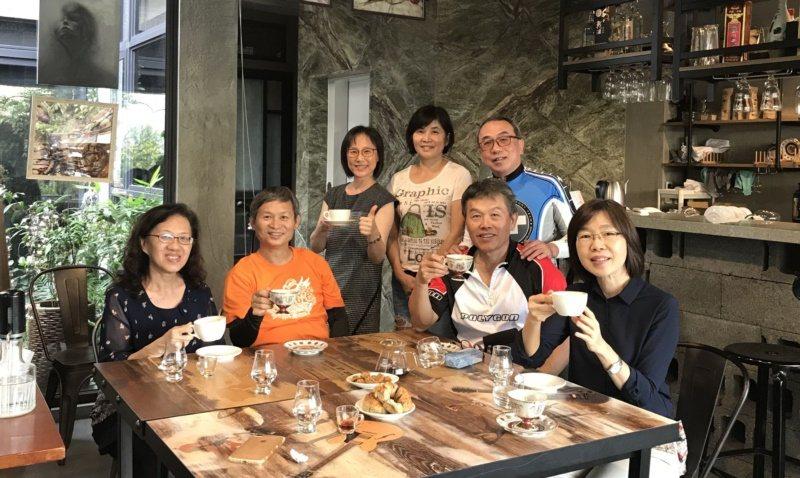 黃麗枝與顧客們在民宿一樓咖啡廳合影,就像一家人在自家客廳喝咖啡般自在 。 圖/黃...