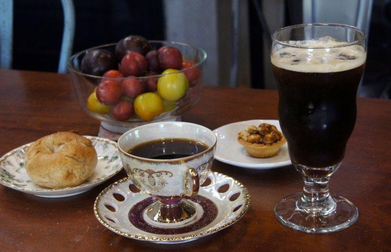 黃麗枝自製的咖啡、麵包,深受投宿旅客歡迎。 圖/林保光 攝影