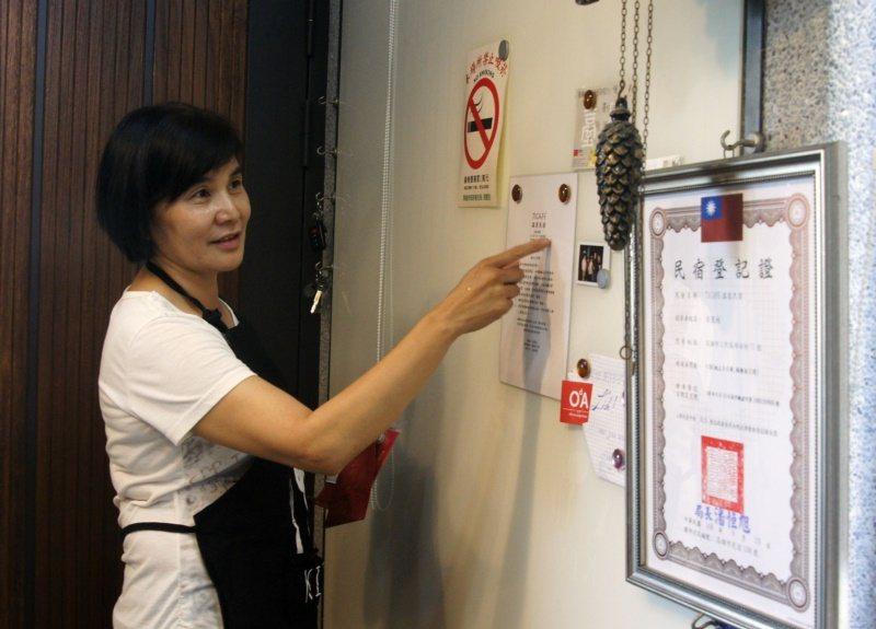 黃麗枝打造「有溫度的民宿」,牆上除取得不易的民宿登記證,還有旅客離開後寄給她的感...