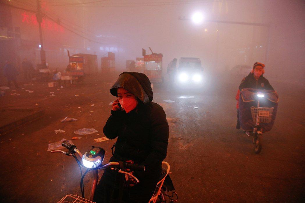 經濟蕭條中的工業大國,很可能會犧牲環保與碳排承諾,來補助高汙染的製造業;一般民眾...