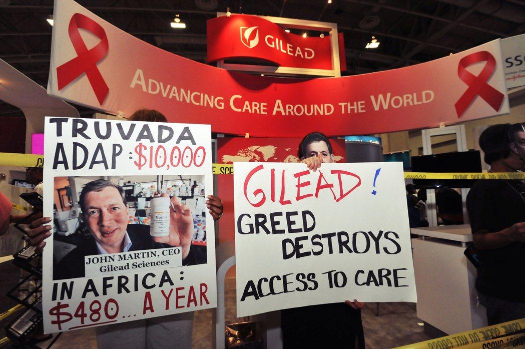 Gilead的愛滋病救命藥上市時,也一樣掀起市場爭議。圖為2012年抗議Gile...