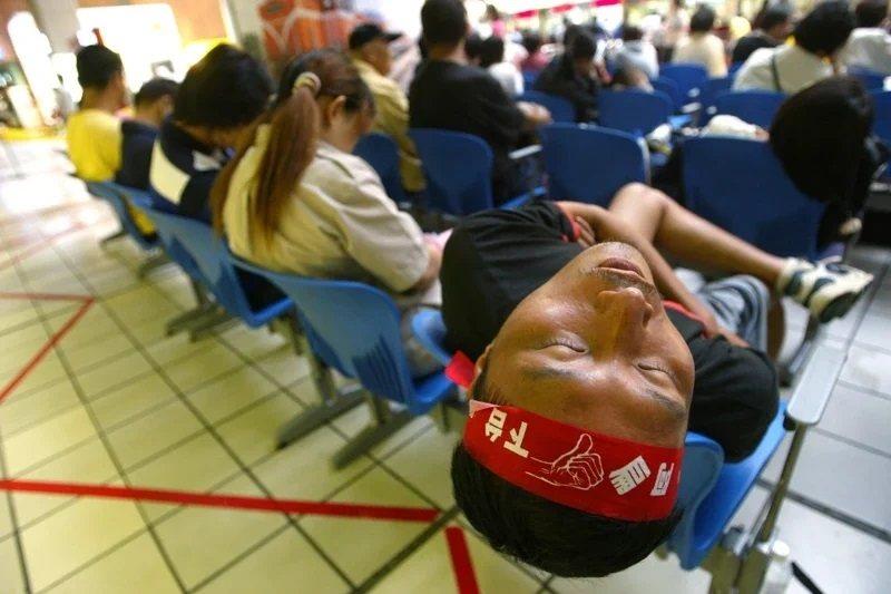 早期台北車站大廳曾是設有座椅的。圖為2006年倒扁運動時,深夜時分民眾在台北車站休息睡覺。 圖/聯合報系資料照
