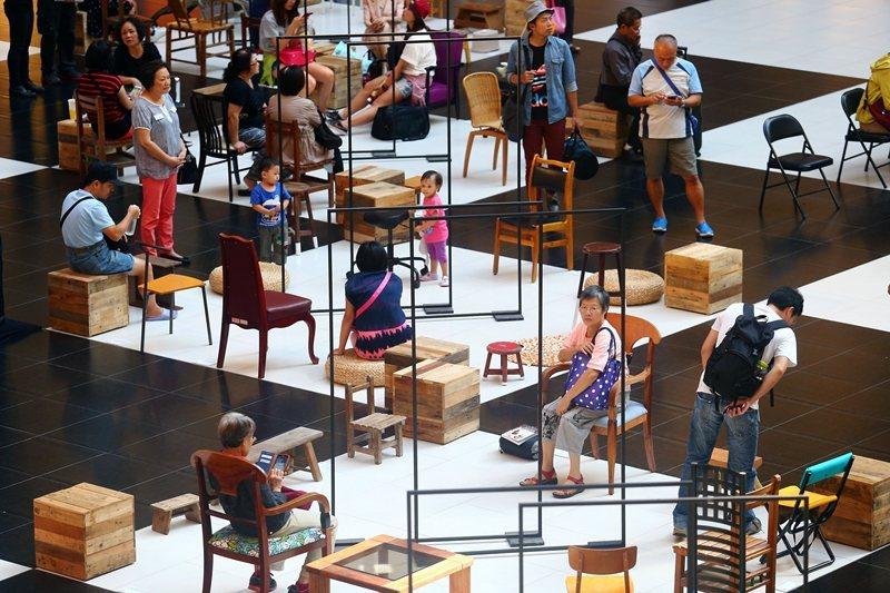 圖為2015年,行動藝術裝置展在台北車站舉行,近百張充滿故事的座具齊聚,邀請來往行人歇下腳步。 圖/聯合報系資料照