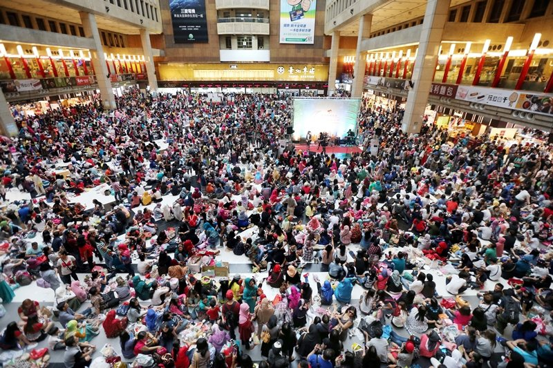 圖為2015年穆斯林開齋節,大批印尼籍移工在台北車站大廳聚會。 圖/聯合報系資料照