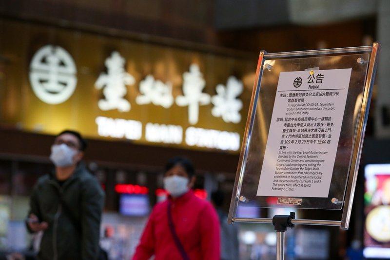 台北車站自2月29日起禁止民眾於大廳席地而坐,並一度傳出禁坐消息。今交通部次長王國材回應表示不會永久禁坐。 圖/聯合報系資料照