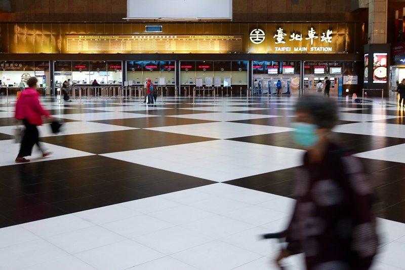 有些人會問:既然台北車站以有礙觀瞻為由,禁止民眾在大廳席地而坐,那為什麼不擺椅子呢? 圖/聯合報系資料照