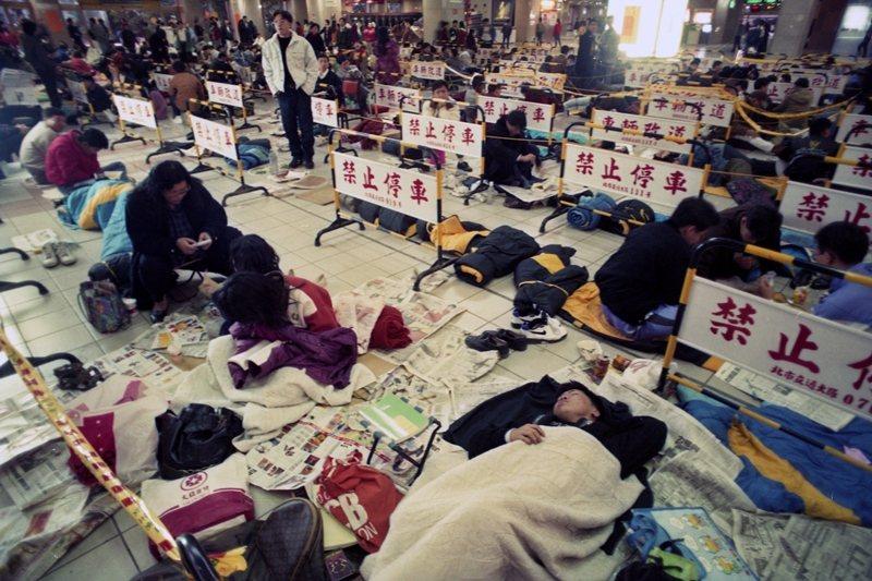 圖為1994年,台北車站開始預售車票,趕搭春節返鄉班車的民眾,在車站打地舖等買票。 圖/聯合報系資料照