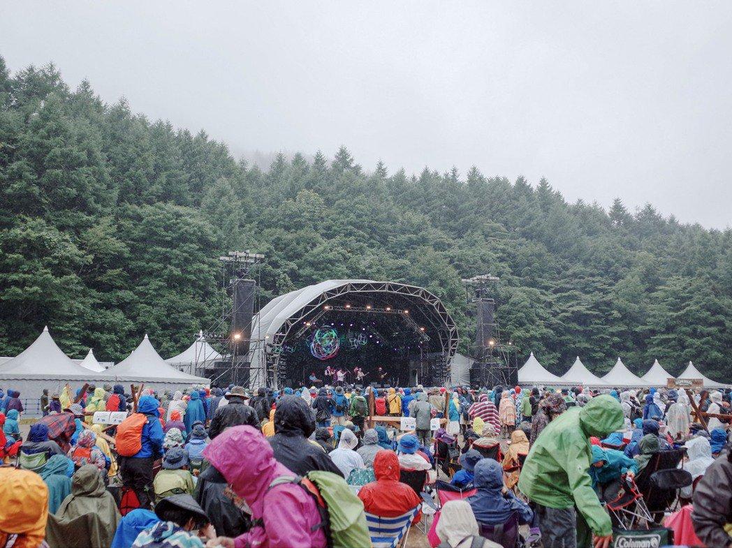 群山環繞的Field of Heaven舞台,當時在台上的是樂團Rhye。 圖/...