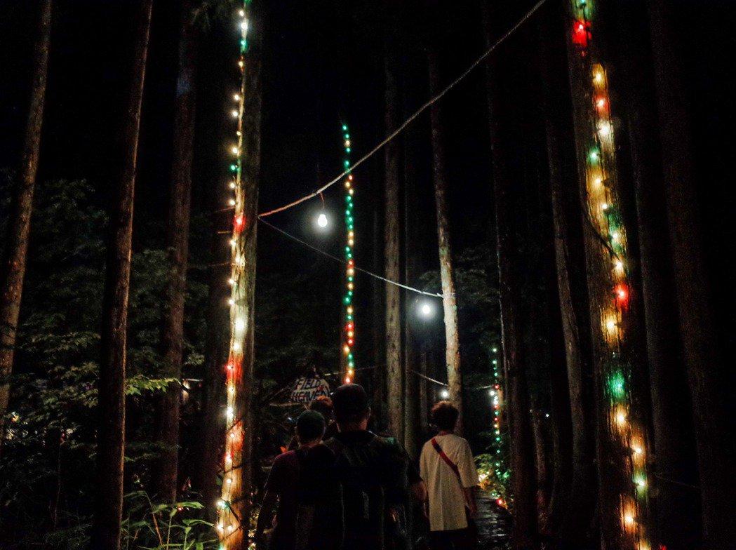 進入夜間模式時,你仍舊可以跟著光的指引前進。 圖/張哲惟拍攝