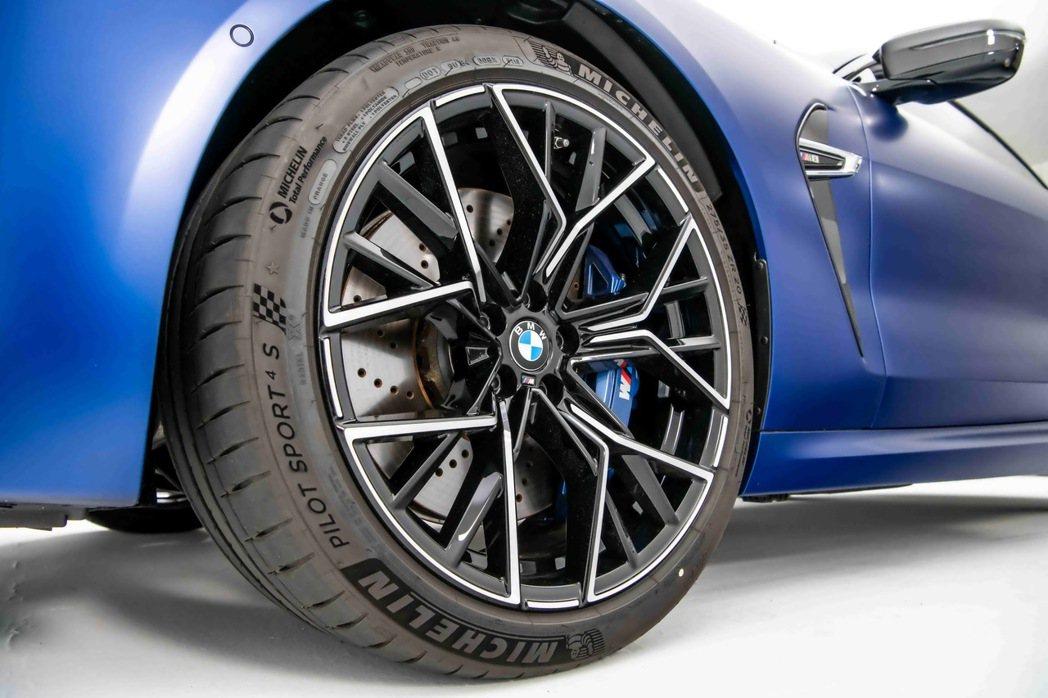 全新BMW M8專屬的20吋M星幅式811M型輪圈,展現出不容錯認的經典M系列血...