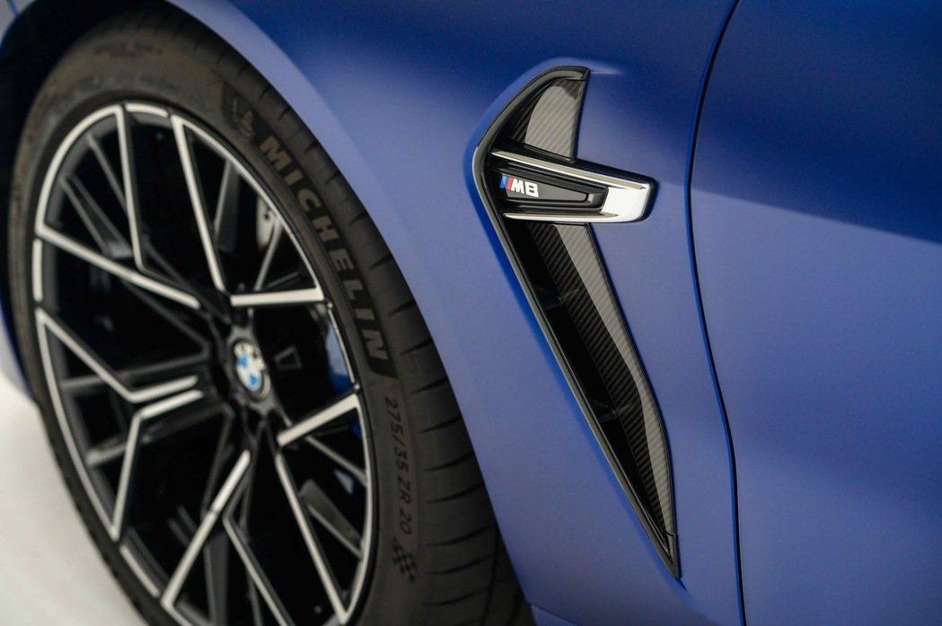 如迴力鏢造型的車側導流氣孔以碳纖維材質打造外框線條。 圖/汎德提供