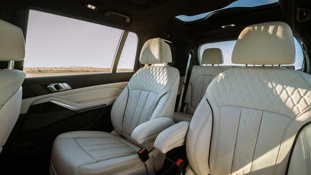 全新Alpina XB7依然可以選擇第二排獨立兩人座椅。 摘自Alpina