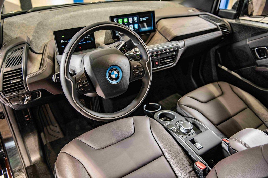 Edition RoadStyle車型專屬的深咖啡色真皮內裝搭配深色橡木內裝飾板...