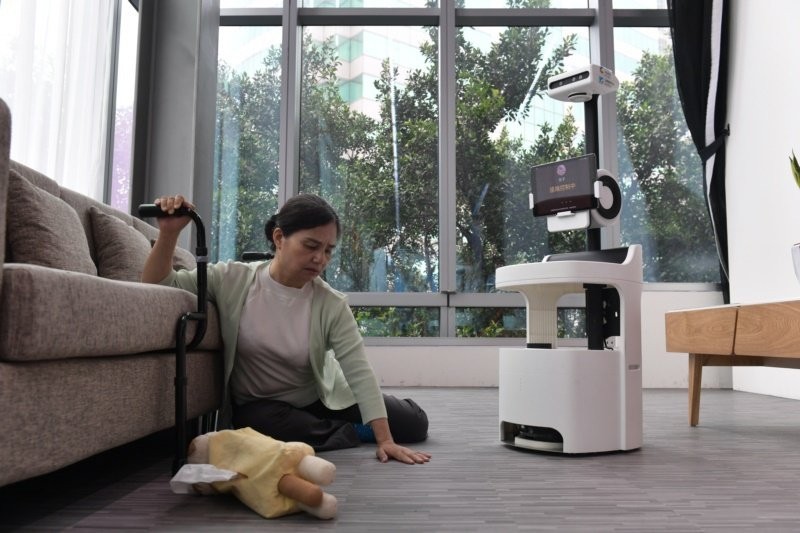PECOLA可運用深度學習技術偵測跌倒事件,主動撥號給子女建立雙向視訊,並將上述...