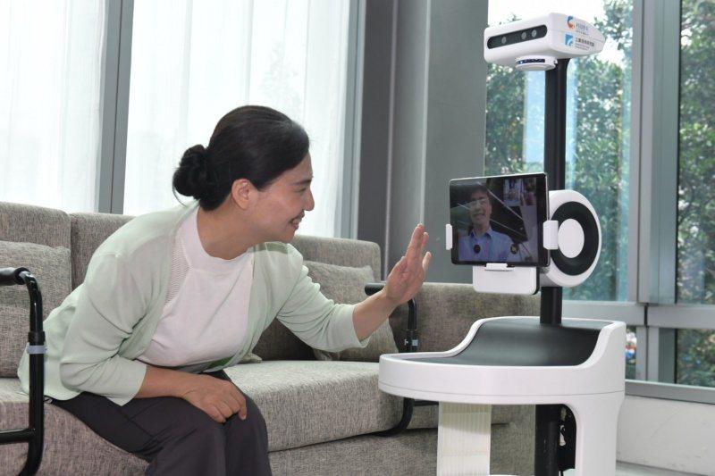 開始建置PECOLA的互動功能,首先開發隨之在側的移動載具,讓年長者容易「建溝通...