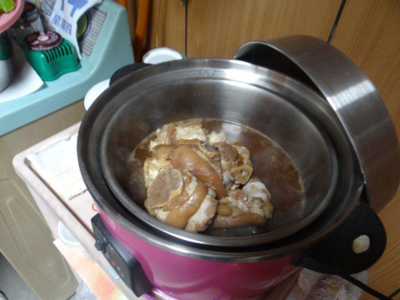 燉一鍋豬腳為父母添壽,是古早閏月習俗。 圖/蔡維斌 攝影