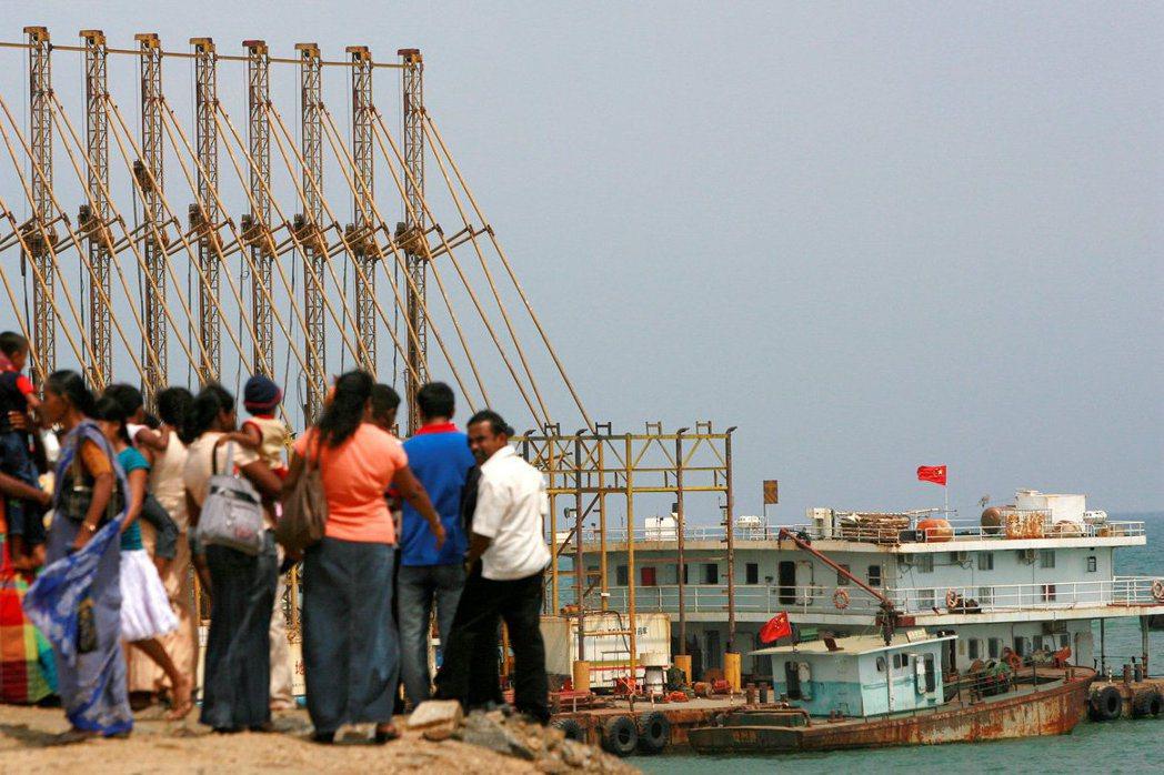 斯里蘭卡因為無法負擔一帶一路協議的巨額債務,於2017年底將漢班托塔港經營權租給中國。 圖/路透社