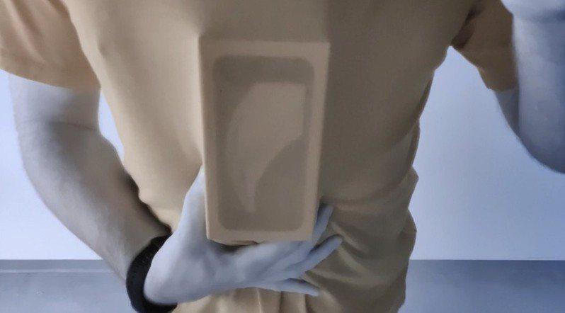 OnePlus新款旗艦手機「OnePlus 8 Pro」濾光鏡頭配合特殊濾鏡時,可透視部分塑膠物體,甚至穿透衣物,清楚看見其內圖像。圖擷自YouTube