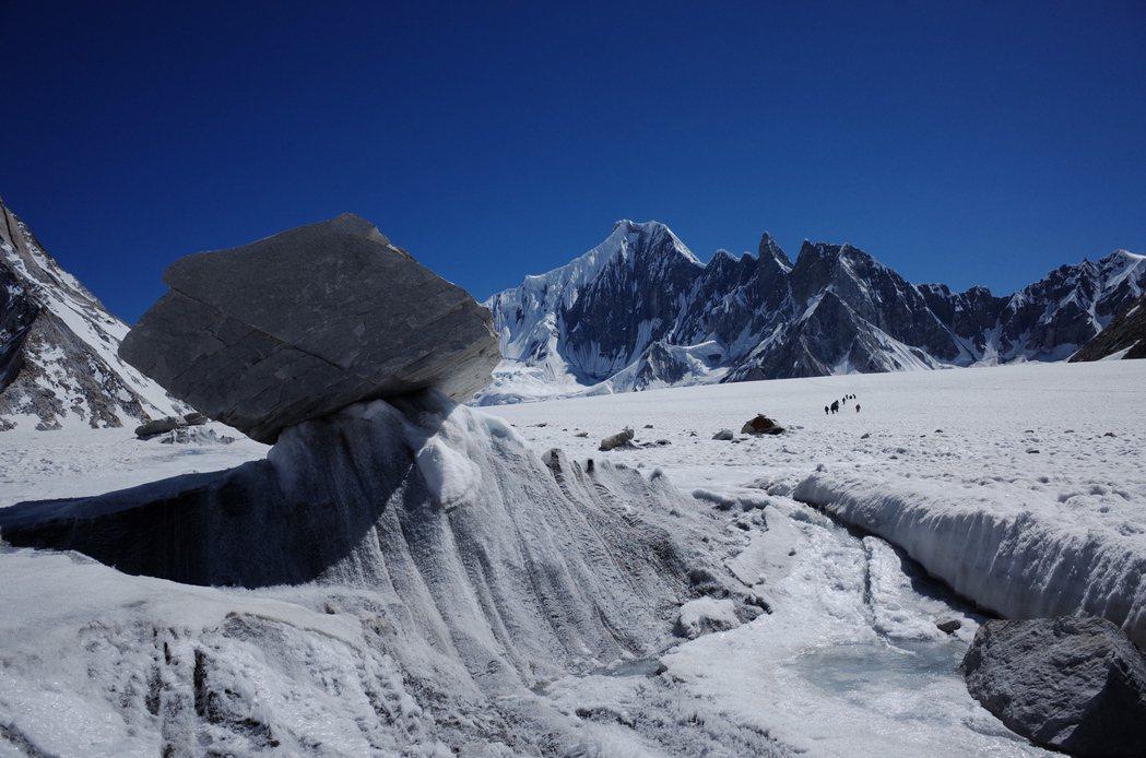 巴基斯坦喀喇崑崙山脈的冰河,常見被冰托舉起的巨石,構成冰雪世界的奇景。 圖/陳德...