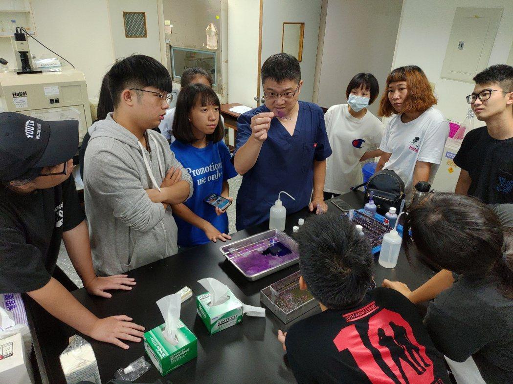 專業獸醫師示範血液抹片製作,訓練學生具備寵物保健照護專業技能,成為獸醫師的最佳幫...