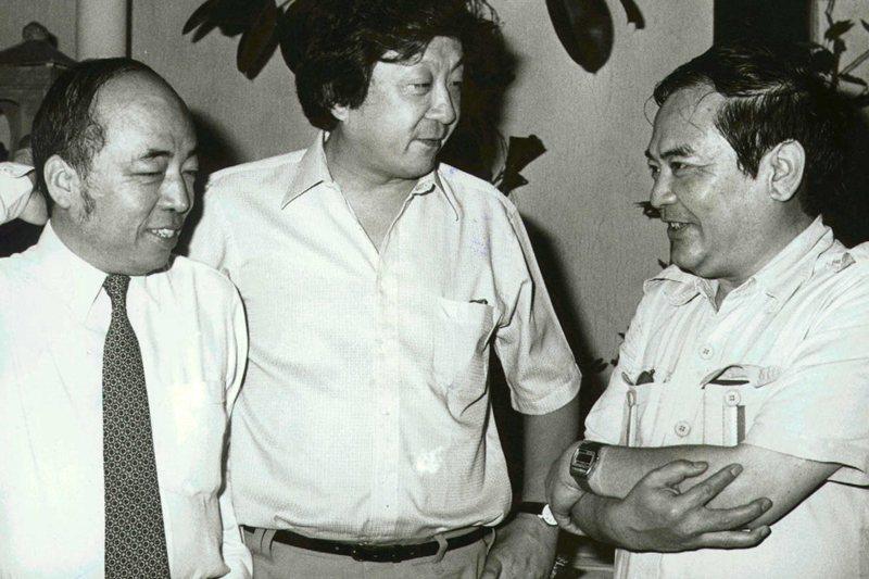 左起白景瑞、李行、胡金銓,三位名導演常常聚在一起舒解心情,攝於1983年。 圖/聯合報系資料照