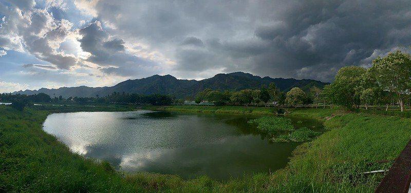 宛若山下版的「嘉明湖」,媲美台東深山裡的嘉明湖,此為iphone XR手機全景模式所拍。