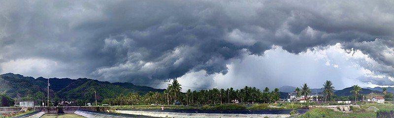山邊多層豐富雲層,快下雨了。
