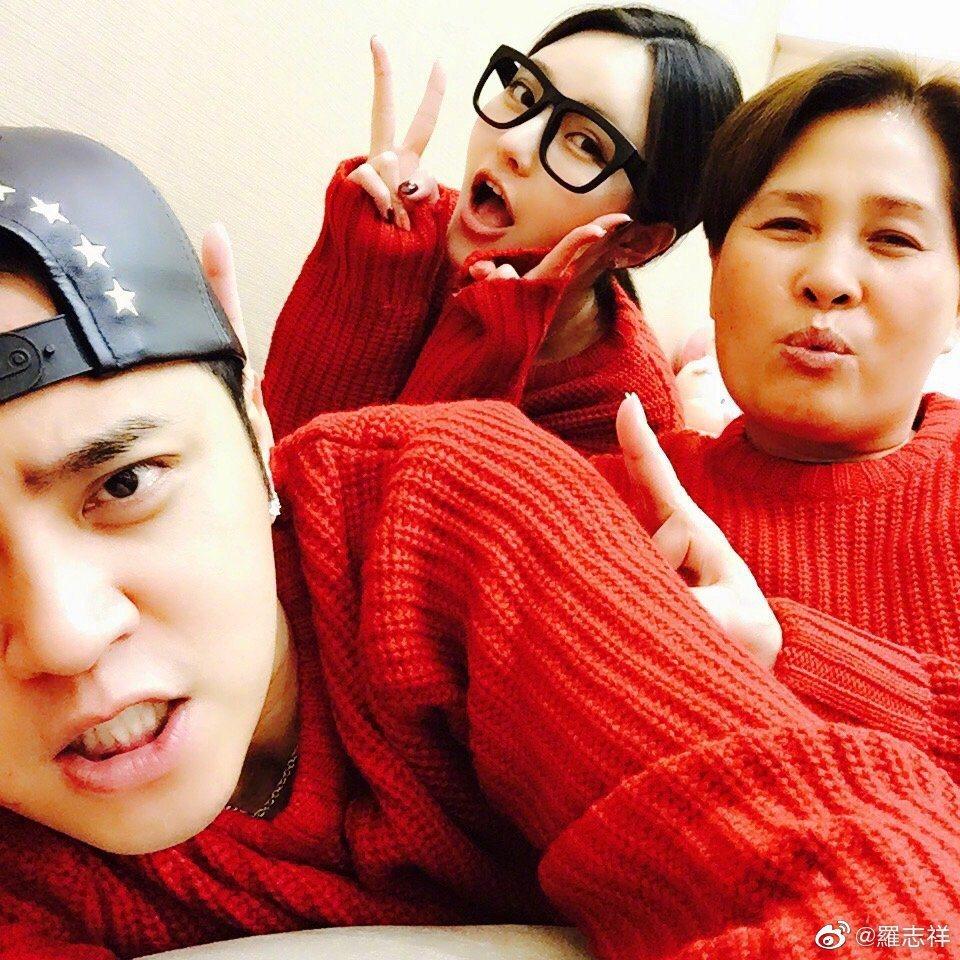 羅志祥(左)與周揚青(中)交往9年,周揚青很得羅媽媽喜歡。圖/摘自微博