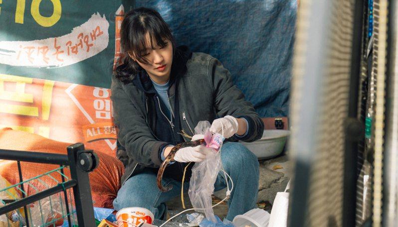 韓劇《The King:永遠的君主》女主角金高銀,搭配了AllSaints男裝Kino皮革飛行夾克。圖/摘自SBS官網