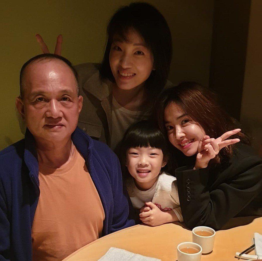 父母離異後,蔡依林(右)兩姊妹與爸爸的感情仍然維持緊密。圖/摘自IG