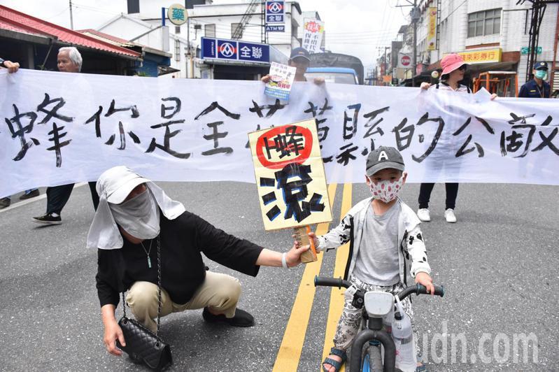 有家長帶小朋友騎三輪車參加反卜蜂抗議活動,要卜蜂滾出花蓮。記者王思慧/攝影