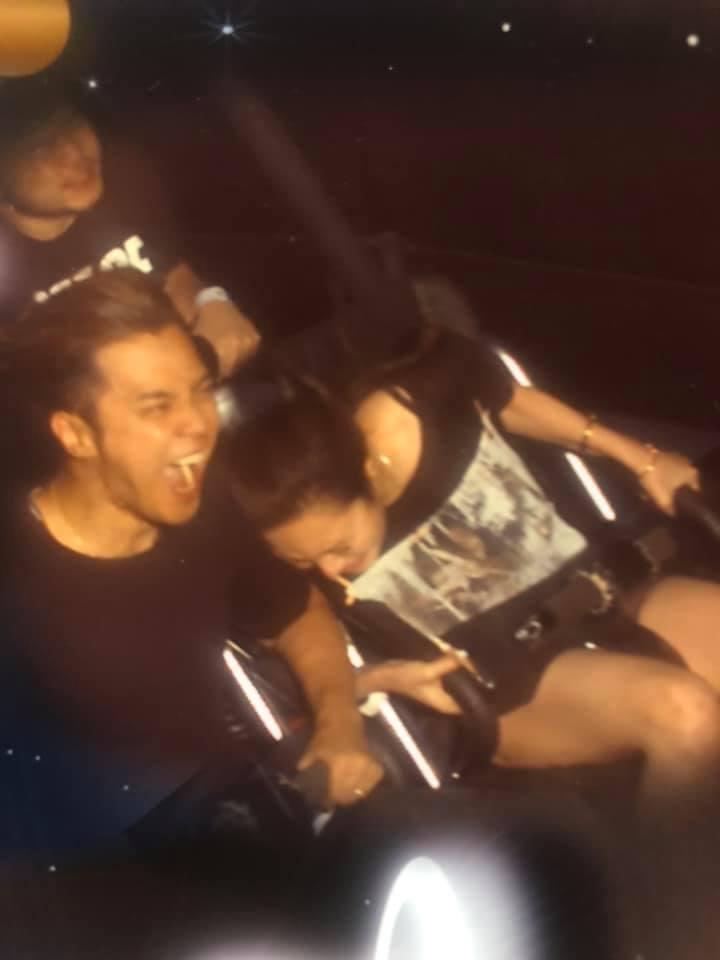 周揚青(右)聽羅志祥的建議坐了雲霄飛車。圖/摘自臉書