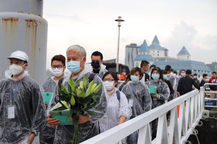 新北今年第一場海葬今日從淡水漁人碼頭出海,14位先行者與鮮花相伴。圖/新北市民政...