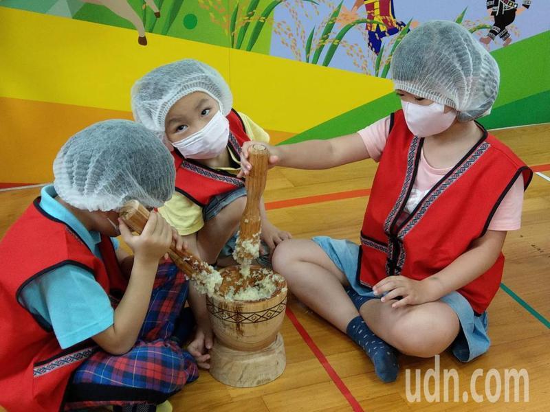 丹鳳國小幼兒園的小朋友今上午親手做麻糬,送給樂生迴龍醫院的醫護人員。記者吳亮賢 / 攝影