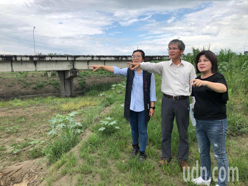立委賴惠員(右起)、水利署第五河川局局長張庭華、台南市議員沈家鳳齊勘查青葉橋,賴要求加速清淤作業。圖/立委賴惠員服務處提供