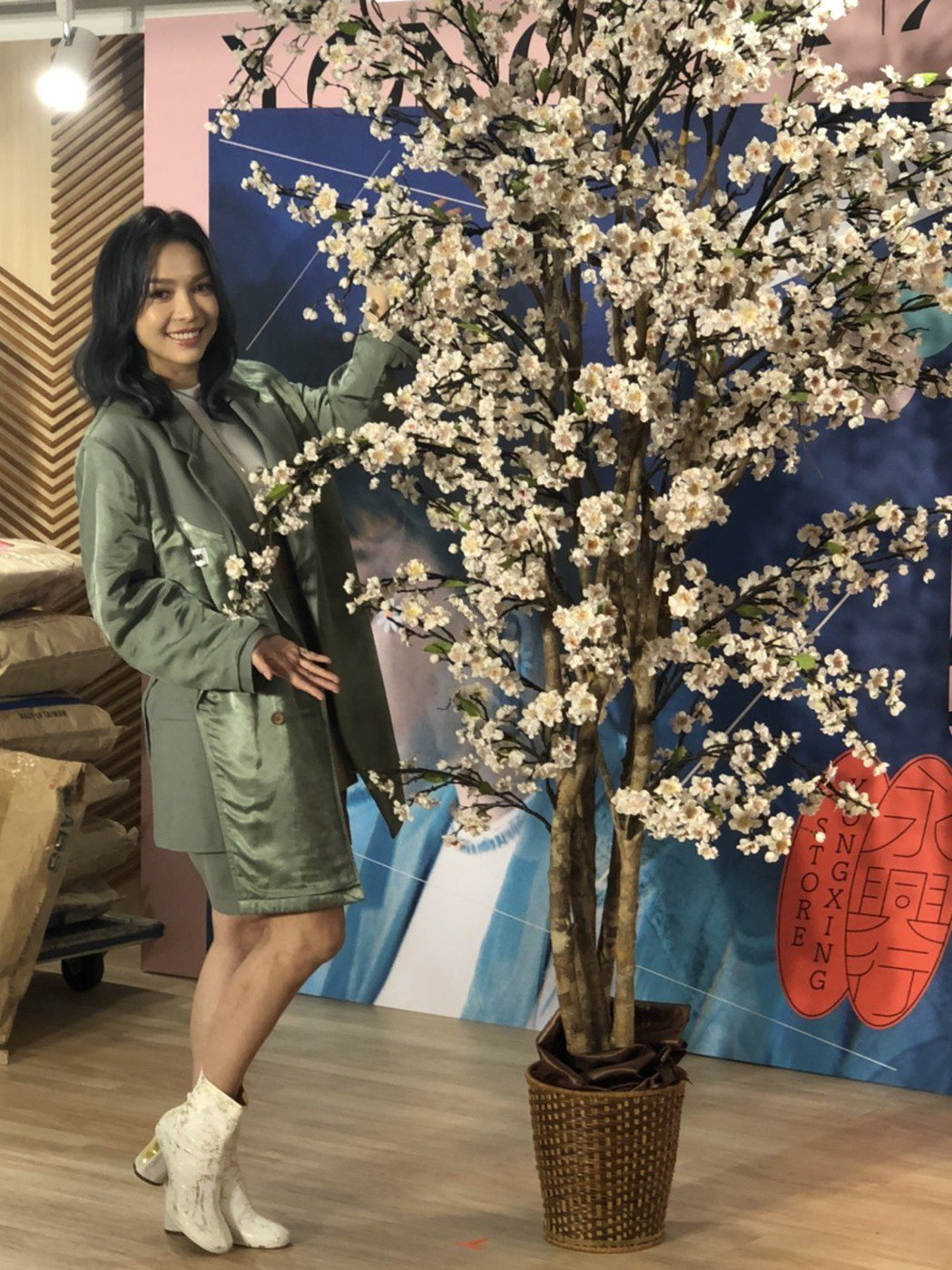 林采欣20日舉行聽歌會,唱片公司送上桃花樹祝賀姻緣上門。記者許晉榮/攝影