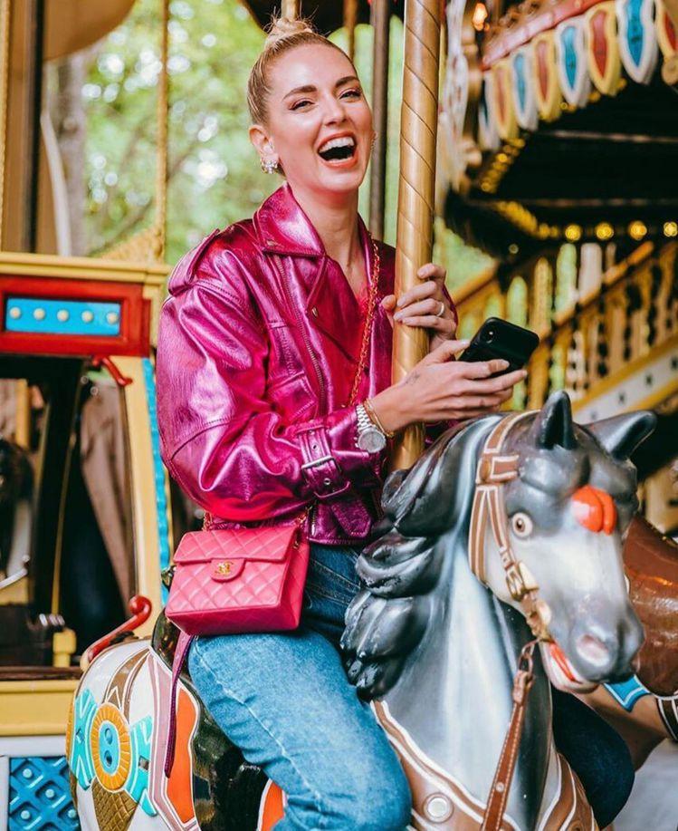 Chiara Ferragni最近一連秀出兩款粉紅色調包款,其中一個是香奈兒迷你...