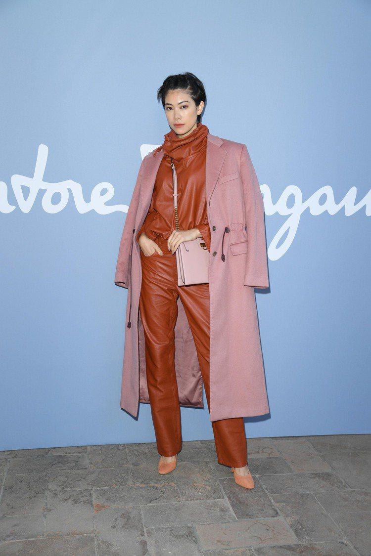日本知名模特兒Hikari Mori森星肩背TRIFOLIO粉色牛皮皮包。圖/S...