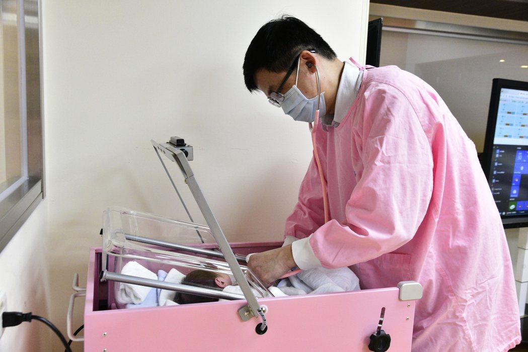 嘉義縣大林慈濟醫院產後護理之家一名新生兒因先天性斜頸症需至復健科進行復健治療。圖...