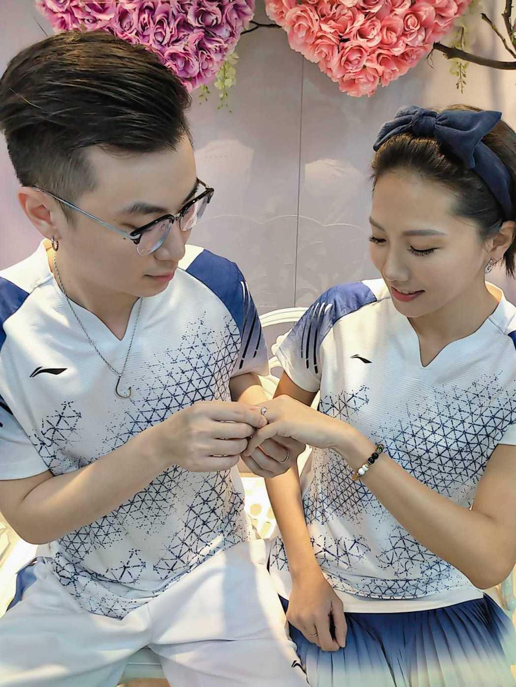 大牙(右)和男友選在520這天登記結婚。圖/傳軒媒體提供