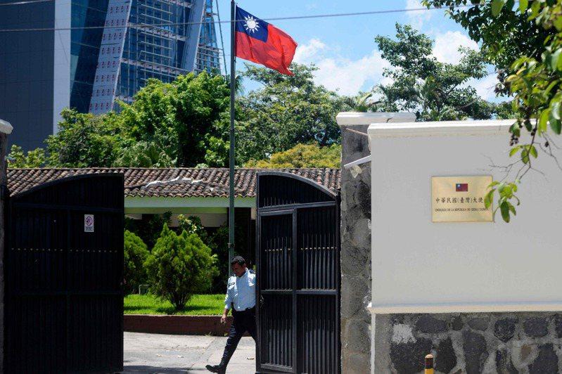 外交特考研議取消或放寬年齡45歲限制,學者與退休外交官普遍不同意。圖為2018年8月我國與薩爾瓦多斷交檔案照,圖為我駐薩大使館。法新社