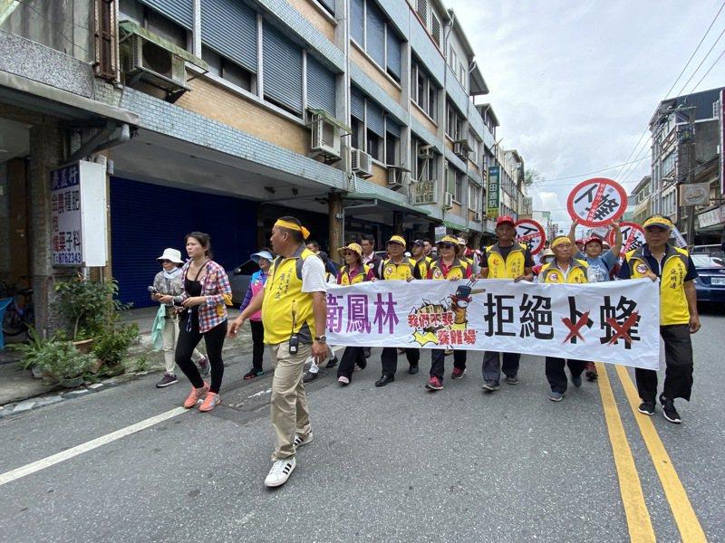花蓮「反卜蜂養雞場鳳林自救會」今天在鳳林發起抗議遊行活動,反對卜蜂養雞場進駐花蓮。記者王思慧/攝影