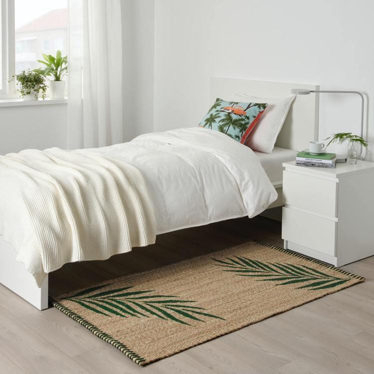 IKEA SOMMAR 2020平織地毯,以天然黃麻紗線製成,搭配夏季綠葉,創造...
