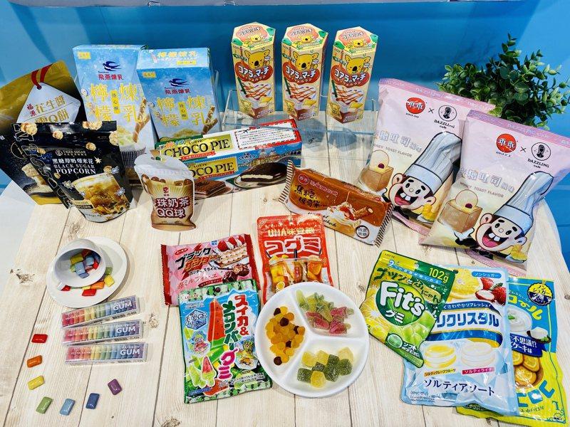 7-ELEVEN即日起推出「涼夏甜點店」主題專案架活動,精選多款全新獨家日韓零食、飲品,還有有品牌創意聯名款。記者黃筱晴/攝影