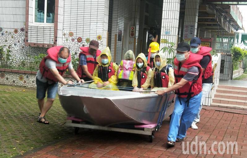 台南市校園防汛演練,消防人員疏散小朋友。記者吳淑玲/翻攝
