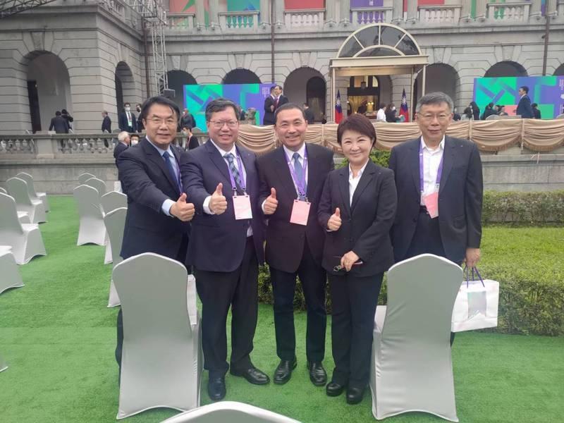 台南市長黃偉哲在臉書分享與其他四都市長的合影照片。取自黃偉哲臉書