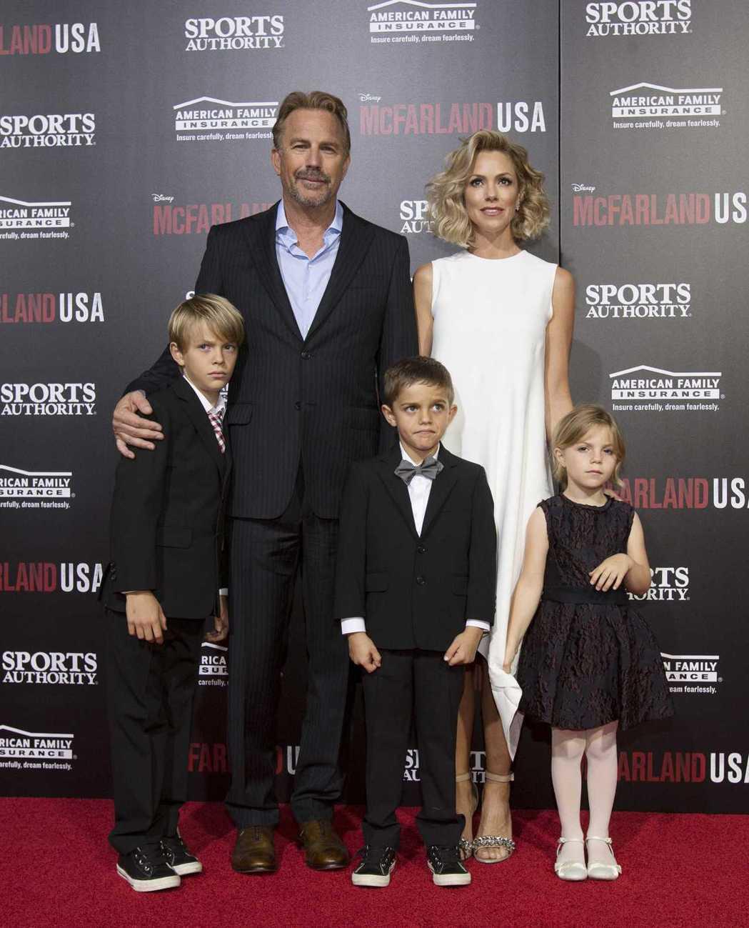 凱文柯斯納也曾與現任妻子帶著3個年紀最小的孩子出席首映活動。圖/路透資料照片