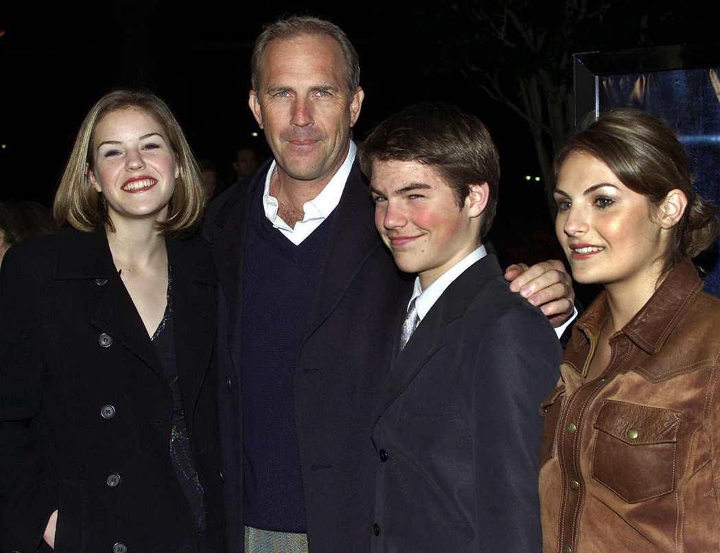 凱文柯斯納曾帶著3個年紀較大的小孩莉莉(左起)、喬、安妮一起出席首映典禮。圖/路...
